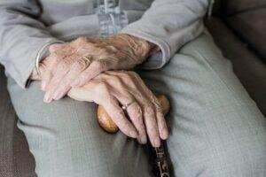 Уход за пожилым человеком с правом наследования жилья